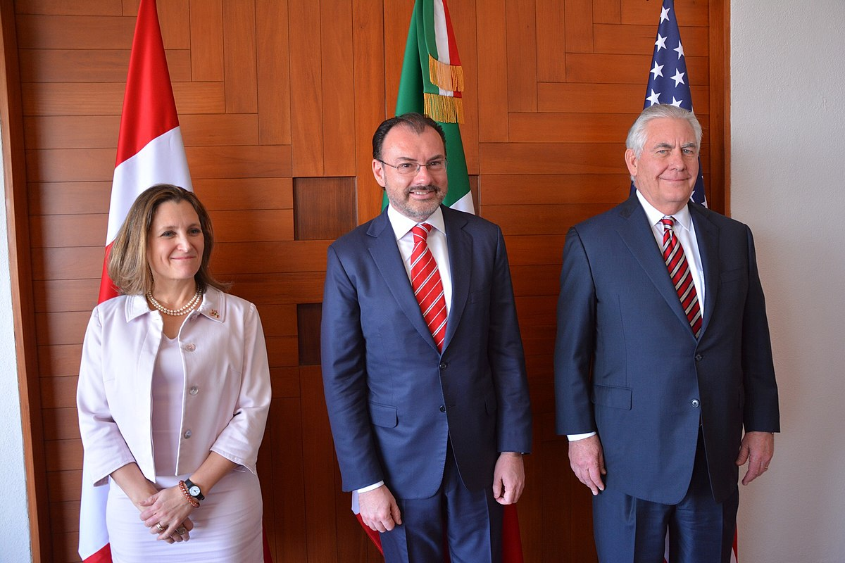 1200px-Chrystia_Freeland,_Luis_Videgaray_Caso_and_Rex_Tillerson_in_Mexico_City_-_2018_(40013111732).jpg